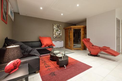 Espace détente avec sauna et fauteuils de relaxation