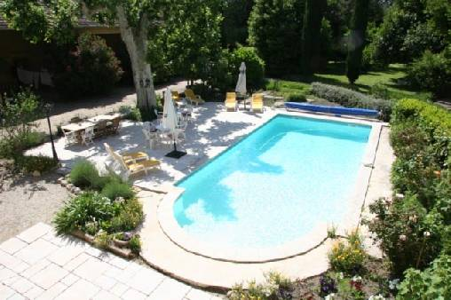 Chambre d'hote Bouches du Rhône - Vue de la piscine, de la terrasse et des jardins