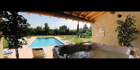 Mas des Hirondelles The jaccuzzi inside the pool house