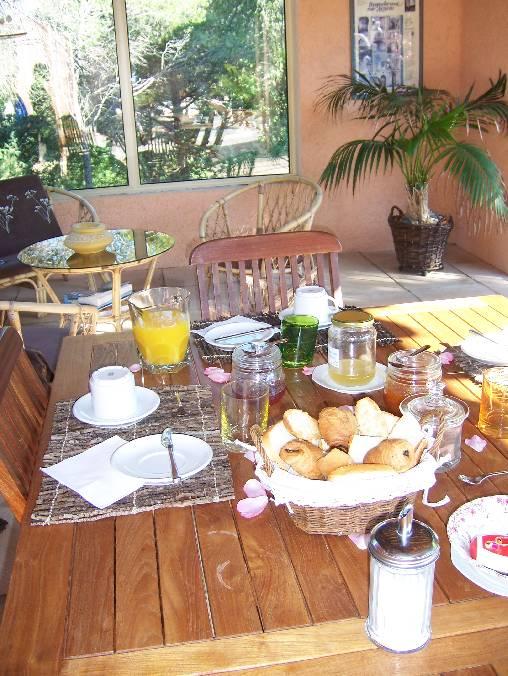 Le petit déjeuner sous le patio devant la piscine