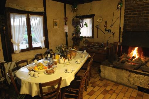 Le séjour / salle à manger avec l' ancienne forge