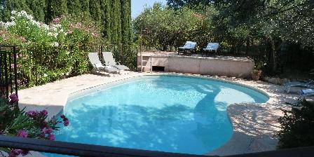 Les Oliviers La piscine, aux heures chaudes