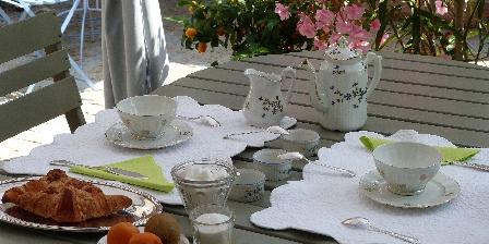 Les Oliviers Le petit déjeuner,  l'été
