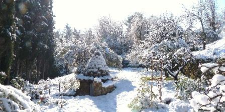 Les Oliviers Le vieux puit sous la neige