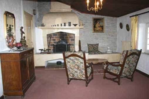 Le salon et la cheminée de la chambre Louis XV
