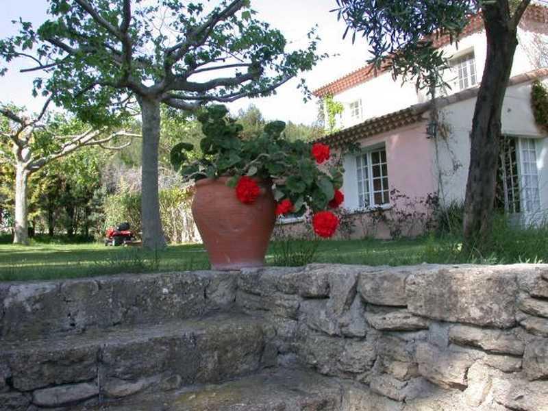 Chambres d'hotes Bouches du Rhône, à partir de 80 €/Nuit. Saint Chamas (13250 Bouches du Rhône). A proximité : Salon 14 km, Istres 16 km, Aix En Pce 35 km, Var 60 km, Gar 45 km, Vaucluse 50 km, Les Baux De Provence 35 km, Miramas ...