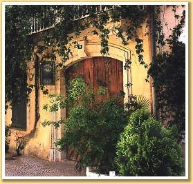Chambres d'hotes Bouches du Rhône, à partir de 80 €/Nuit. Tarascon en Provence (13150 Bouches du Rhône). A proximité : Arles 10 km, Avignon 30 km, Nimes 30 km, Vaucluse 30 km, Gard 4 km, Ardeche 50 km, Les Baux 10 km, Camargue 10 ...